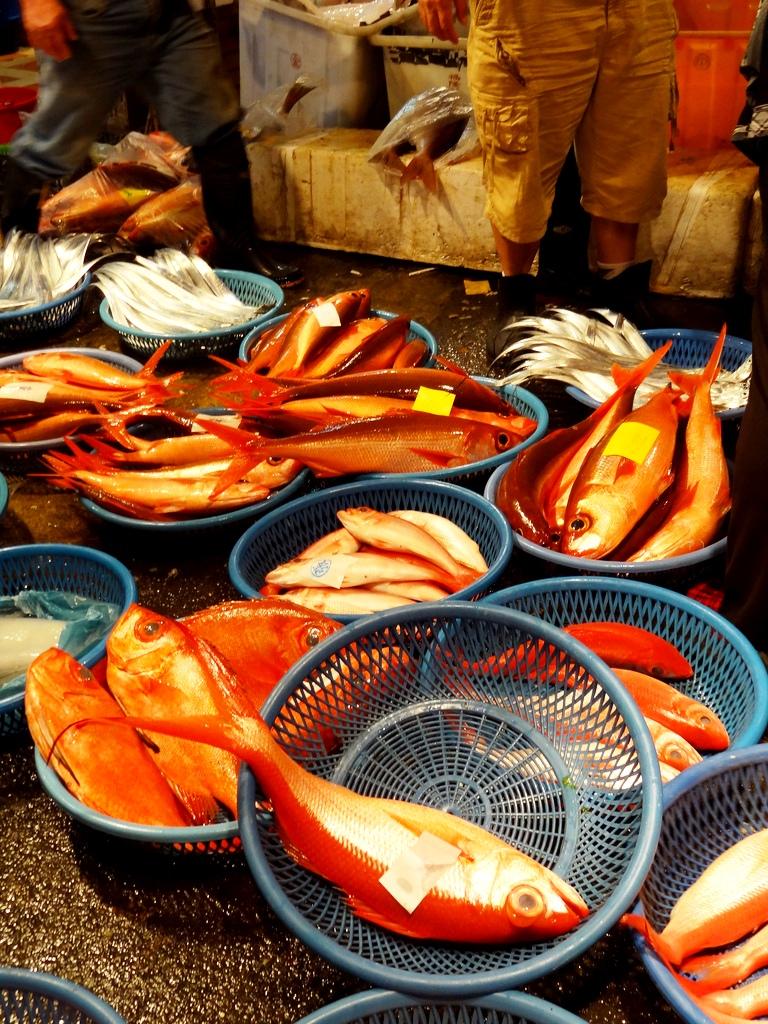 紅色的魚族為熙攘的魚市點綴熱鬧生機,華人對紅色的偏愛也反映在漁獲上。