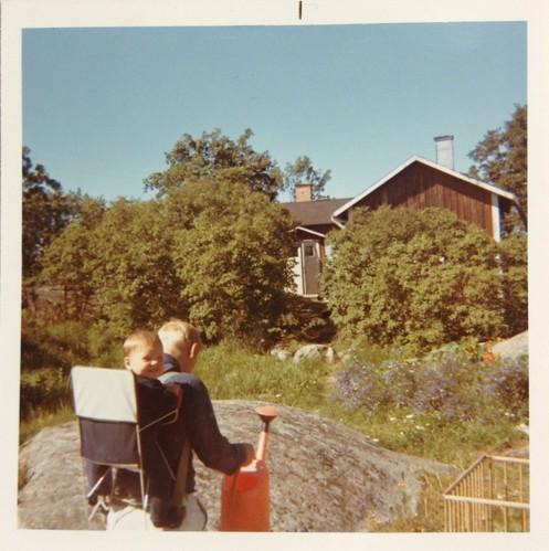 Pappa med mig i bärstol i Öregrund 1970