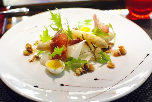 les asperges blanches warm salad of white asparagus with nuts and 'iberian' ham