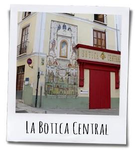 De mooie gevel van la Botica central de voormalige apotheek van het stadje