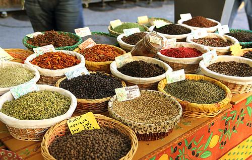 Koření na trhu v Aix en Provence
