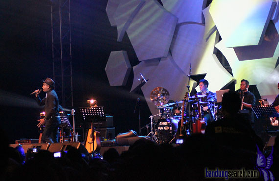 Java-Jazz-Festival-2012-Trio-Lestari-(Sandhy-Sandoro,Glen-Fredly,Tompi)-(4)