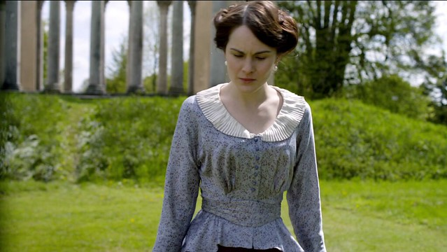 DowntonAbbeyS01E04_Mary_scallopedcollar