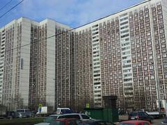Grand immeuble sur la route entre Vladykino et Altufievo