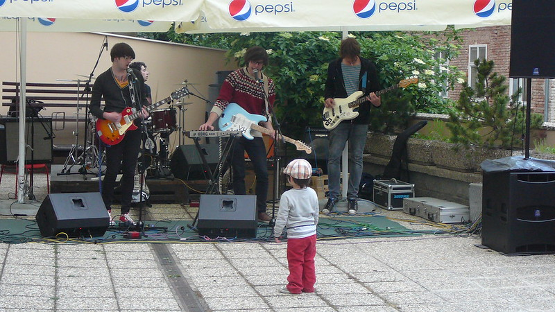 Jako poslední zahráli The Hydes. Přinejmenším mladého cyklistu si získali. Foto: Adéla Procházková