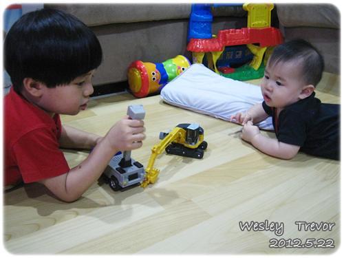 120522-一對寶一起玩-1