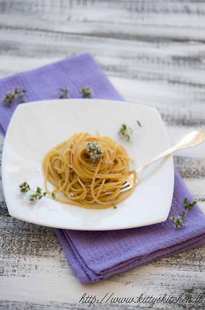 spaghetti con zafferano e fiori di origano