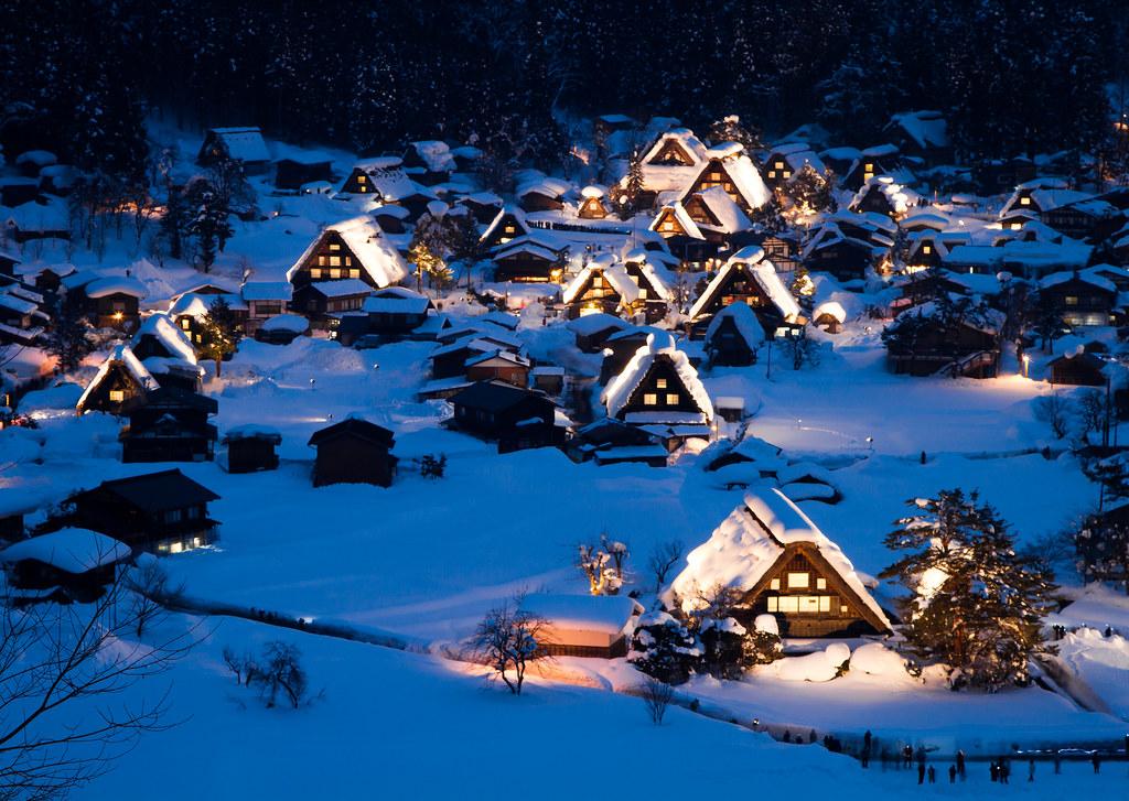 雪積もる白川郷の夜景