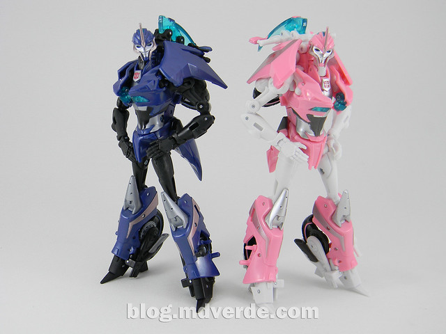 Transformers Arcee Deluxe - Prime First Edition - modo robot vs NYCC