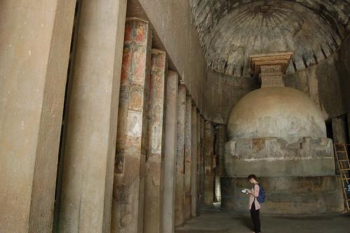 Die erste Höhle, die in Ajanta entdeckt wurde, zeigt eine Stupa ohne Buddhafigur aber mit bemalten Säulen