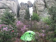 一块巨石被卡在一线天之间。