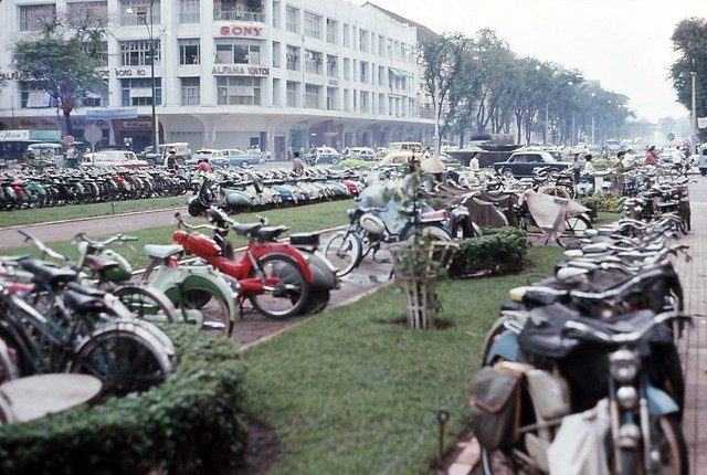 Saigon 1964 - Parking Lot - Photo by Iparkes - Thương xá TAX