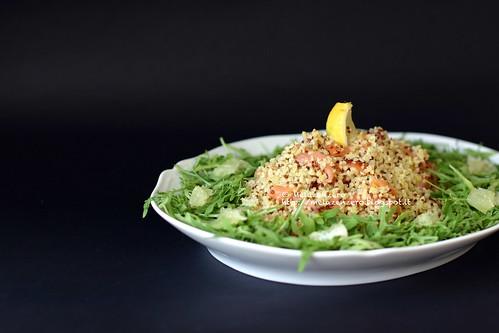 insalata di bulgur e quinoa con salmone e rucola