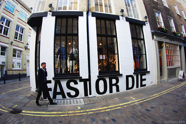 aliciasivert, alicia sivertsson, london, england, Carnaby street, fast or die, wall painting, town, city, house, building, byggnad, stad, hus, väggmålning