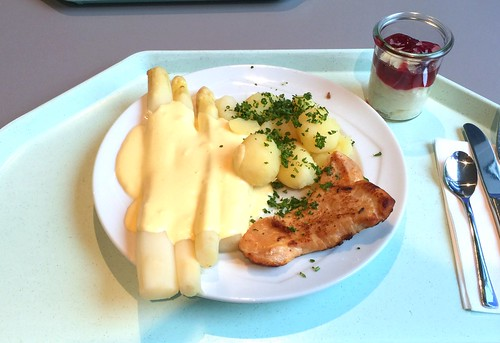 Fresh asparagus with sauce hollandaise, small turkey steak & potatoes / Frischer Spargel mit Sauce Hollandaise, kleinem Putensteak und Salzkartoffeln