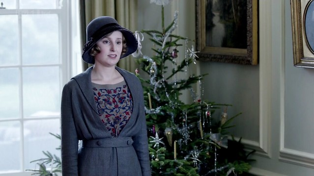 DowntonAbbeyS02E09_blueredswirl