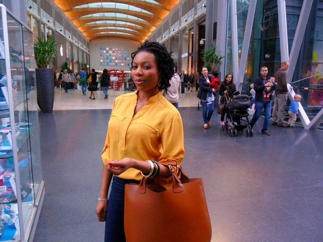 Yellow blouse, indigo skinny jeans & tote bag: Street style