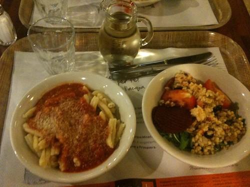 Dinner at Brek Ristorante: Pasta al Pomodoro, Insalata di Tutto, y una caraffa de vino bianco della casa