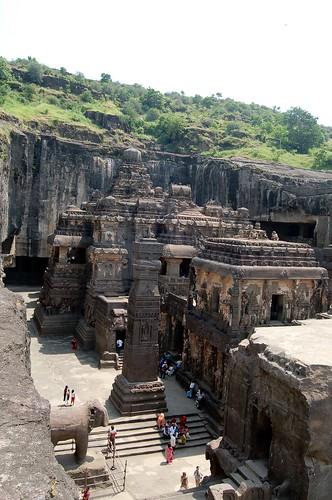 Der Blick von oben auf den Kailash Tempel zeigt die Strukturen des Tempels in den Galerien
