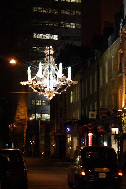 Лондон, Район Сохо, эта люстра висит на улице