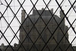 Pas ma faute si y'a un machin en verre et métal devant le Louvre, hein.