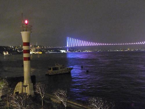 Isztambul, meg Boszporusz, meg Híd, meg világítótorony.