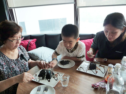 The Red Beanbag, Publika - eating Guinness chocolate cake