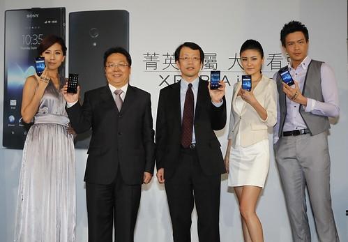 圖1_Sony Mobile Communications總經理林志遠先生(中)與台灣大哥大營運總經理賴弦五先生(左二)合影