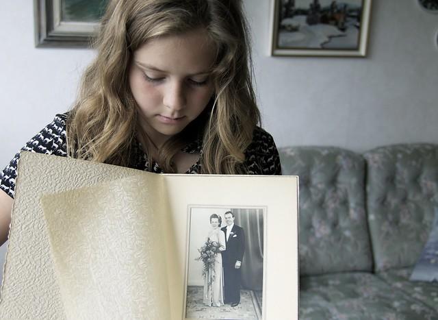 Vi tittar på gammelmormors fotografier. Bröllopsfotot.