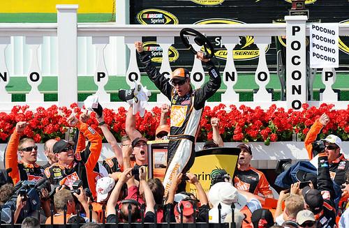 Crónica NASCAR Sprint Cup Pocono 400: Logano vence al veterano Martin en el triángulo