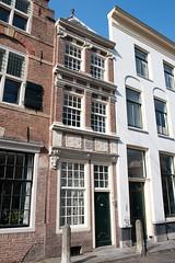 <p>Nieuwegracht 37, voormalig woonhuis van de familie van Weede van Dijkveld. Op de gevel is het familiewapen te zien. Foto: Anna van Kooij,</p>