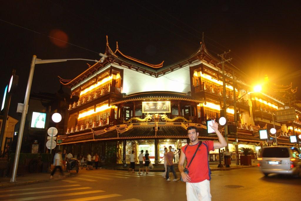 Cada esquina de la ciudad antigua de Shanghai está cargada de historia, conservando arquitectura y colorido de aquella época en la que Shanghai era una bulliciosa ciudad Shanghai, Un paseo por la Ciudad antigua - 7395964146 20fca88cf3 o - Shanghai, Un paseo por la Ciudad antigua