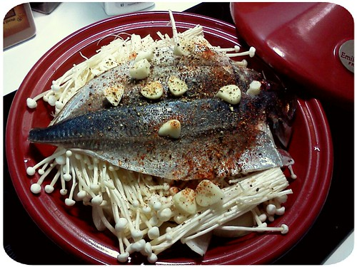 今天午餐便當主菜 ::: 洋蔥+金針菇+竹莢魚 by 南南風_e l a i n e