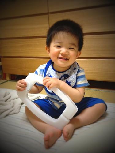 寝る前に布団はさみで遊ぶとらちゃん(2012/5/6)