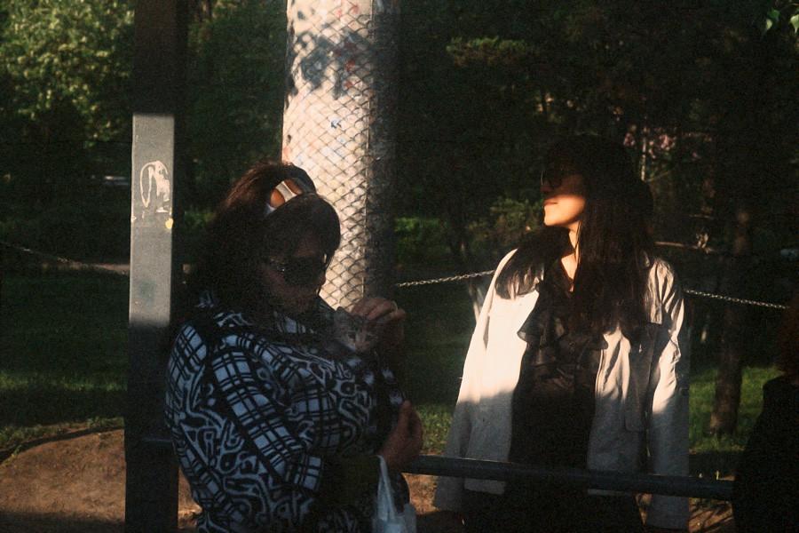 Девушки на автобусной остановке