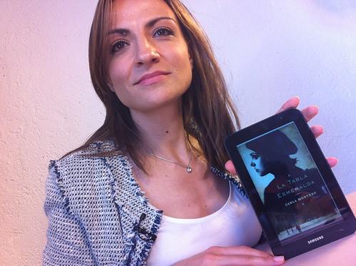Carla Montero con su IBOOK La tabla Esmeralda en LaVisita desde Larruzz by LaVisitaComunicacion