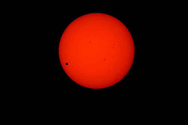 Met onze baan langs de dag nacht grens deze dagen konden we de Venusovergang lang en vaak zien.