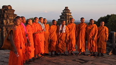 Phnom Bakheng: Monks watching the sun set over Lake Tonlé Sap