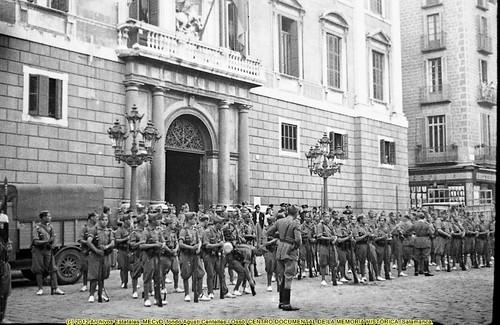 Barcelona, fets de maig de 1937, días 8 y 9 de mayo de 1937, el ejército en las puertas del Palau de la Generalitat. by Octavi Centelles