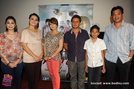 Barisan pelakon WARIS bersama pengarah, Kabir Bhatia