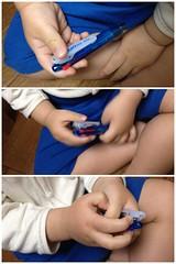 ボールペンをカチカチするのが大好き!文房具好きを受け継いでる のか? (2012/5/23)