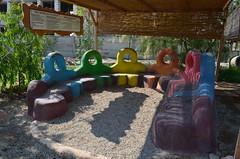 Eco-Center的環境教育設施,主要以自然建築建造出公共座椅,並搭配教育活動及相關資訊告示牌作為講解之用