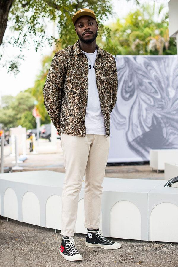 花柄ブルゾン×白Tシャツ×白パンツ×プレイコムデギャルソンのスニーカー