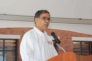 Professor Rao Unnava gives advice to graduating seniors at Fisher College of Business