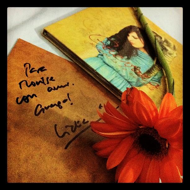 Que alguien como @lidiaguevara sepa tu nombre, te firme el disco y te regale una flor no tiene precio! Gracias artista! Gran noche!