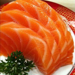 fish(0.0), salmon(1.0), sashimi(1.0), fish(1.0), sushi(1.0), garnish(1.0), lox(1.0), food(1.0), dish(1.0), cuisine(1.0), smoked salmon(1.0),