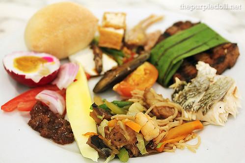 My Plate of Green Mango Salad, Pancit, Tokwa't Baboy, Inihaw na Baboy, Pinaputok na Tilapia and Laguna Cheese