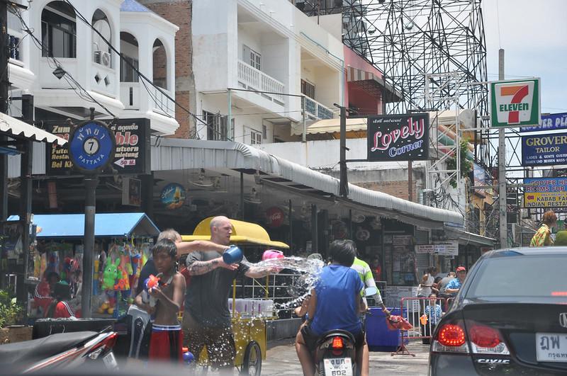 Политые водой мотоциклисты во время Сонгкрана