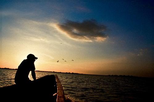 sunset sky sol water rio azul river contraluz atardecer agua colombia bolivar pájaros amarillo cielo balsa negativo magdalena hombre canoa lancha mompox ciénaga pijiño