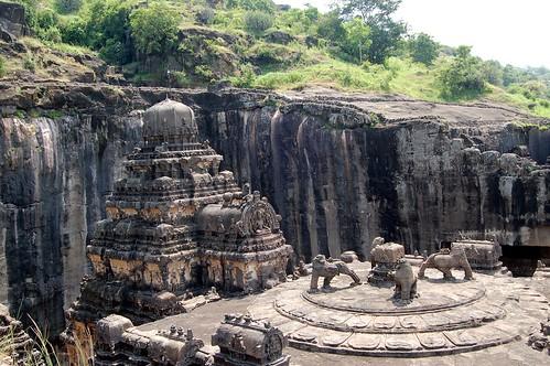 Von oben sieht man, wie die Spitze des Tempels in die Klippe gearbeitet wurde. Im Vordergrund ist das Dach des Nandi Mandap